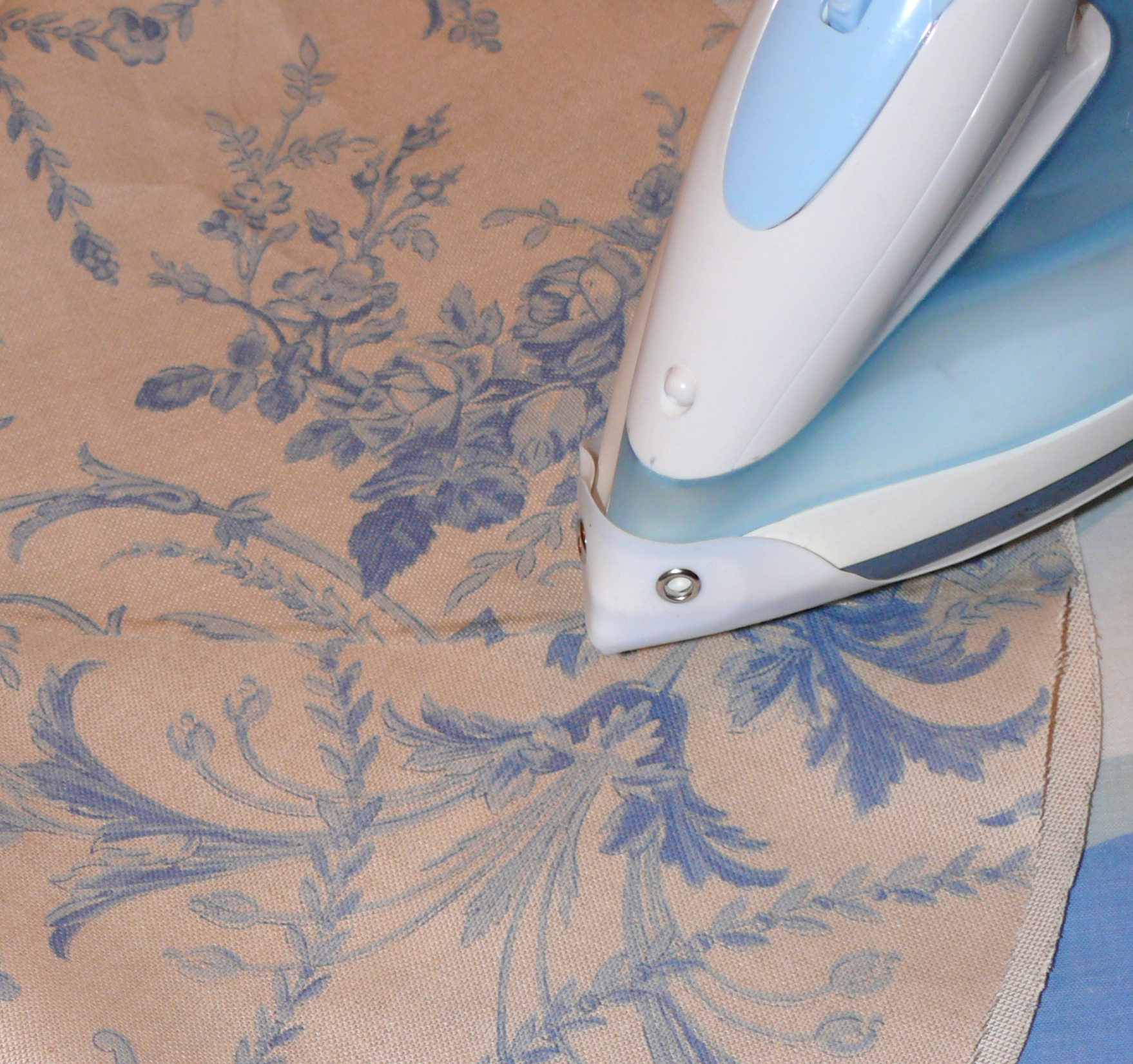 3) Connect the joint. Some types of fabric glue require ironing fabric after application. Carefully iron the whole lampshade to remove the wrinkles.
