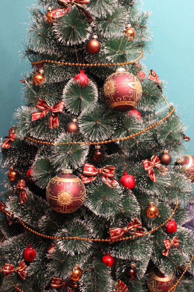 DIY: Dry Pomegranates As Christmas Tree Decor