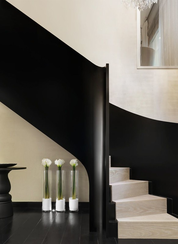 Kelly Hoppen's style is instantly recognizable by sleek minimalistic lines, neutral colour palette and symmetrical layout.