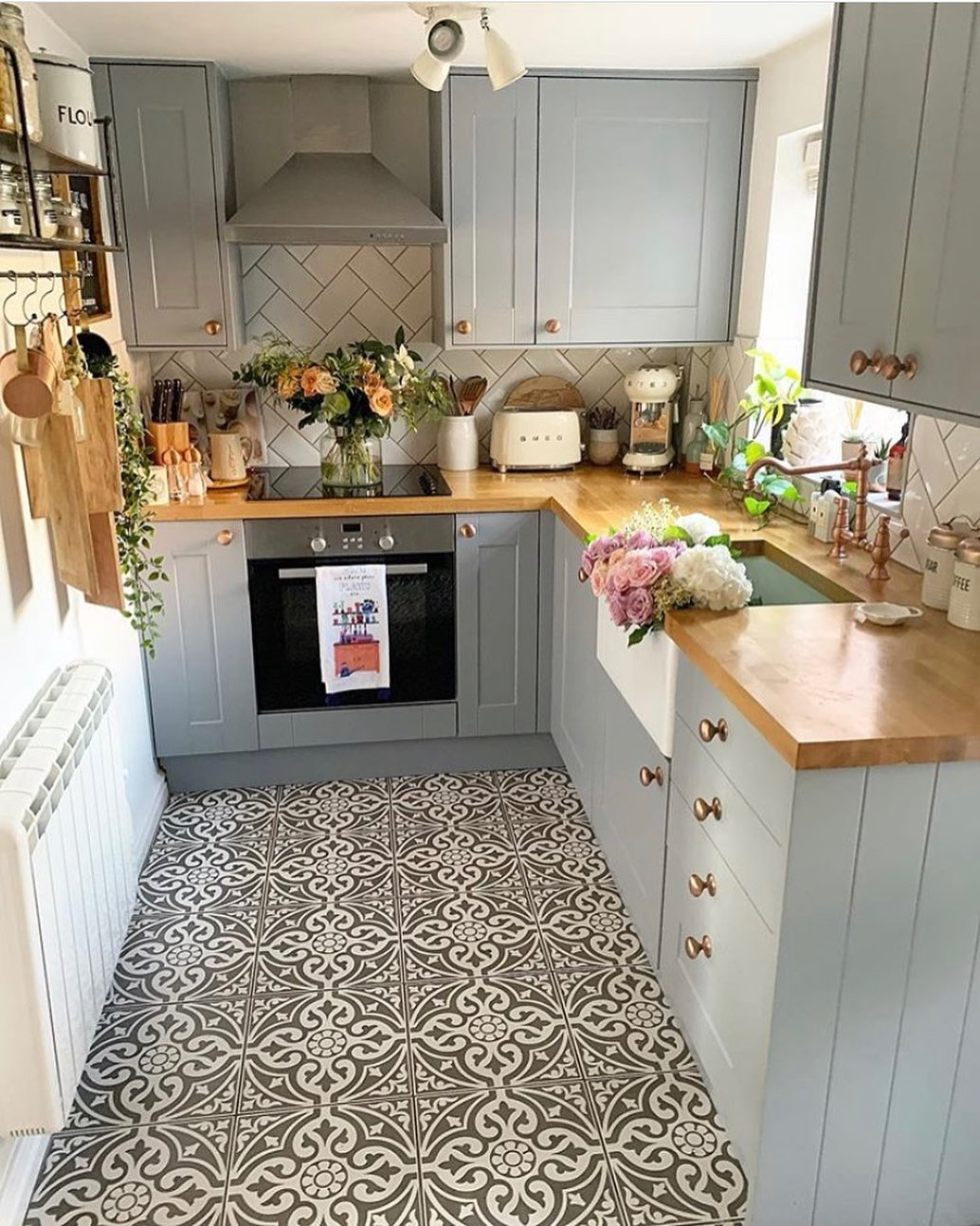 How To Make A Small Kitchen Feel Bigger L Essenziale
